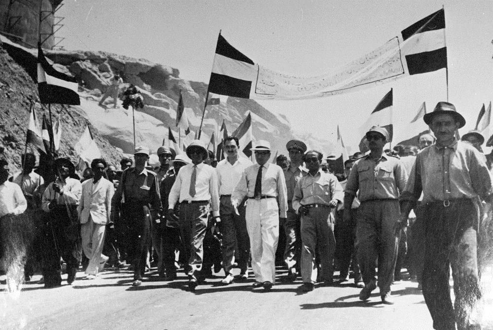 بازدید حسین مکی از پالایشگاه کرمانشاه در زمان ملی شدن صنعت نفت